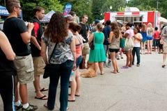 Leute-Stand in der langen Schlange, zum der Eiscreme zu kaufen Stockbilder
