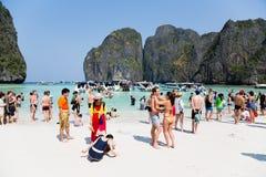 Leute stehen auf dem berühmten auf Phi Phi Leh-Insel still Stockbilder