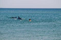 Leute stehen auf dem Meer still stockbild