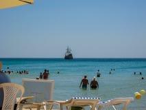 Leute stehen auf dem Strand des Hotels still Sommer 2013-jährig Stockbilder