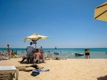 Leute stehen auf dem Strand des Hotels still Sommer 2013-jährig Lizenzfreie Stockbilder