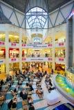 Leute stehen im Mall still Lizenzfreie Stockfotos