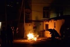 Leute stehen um ein Feuer, um das Nowruz in Baku, Aserbaidschan zu feiern Stockfotos