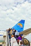 Leute steigen das Flughaus ein Stockbilder