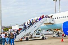 Leute steigen das Flughaus ein Stockfotografie