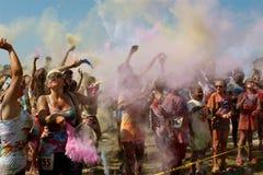 Leute stellen Wolke der Farbe an Blase Palooza-Ereignis her Stockfotografie