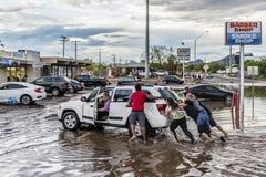 Leute-Stoß festgeklemmtes Fahrzeug lizenzfreie stockfotografie