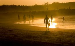 Leute am Strand Lizenzfreie Stockbilder