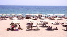 Leute am Strand in Spanien stock video