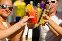 Leute am Strand trinkend, eine Party habend Stockfoto