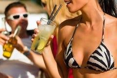 Leute am Strand trinkend, eine Party habend Lizenzfreie Stockfotos