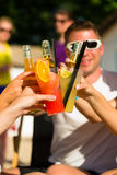 Leute am Strand trinkend, eine Party habend Lizenzfreie Stockfotografie