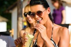 Leute am Strand trinkend, eine Party habend Stockbild