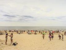 Leute am Strand in Uruguay lizenzfreies stockfoto
