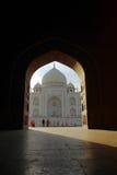 Leute Taj Mahal im Lichtbogen stockfotos