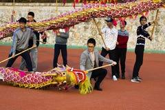 Leute tanzen auf Dragon Festival lizenzfreie stockfotografie