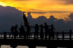Leute tanzen in Feierstrandfest in den Sommerferien conc lizenzfreie stockfotos