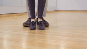 Leute tanzen zuhause stock video