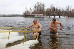Leute tauchen in eisiges Wasser während der Offenbarungsfeier ein Stockbild