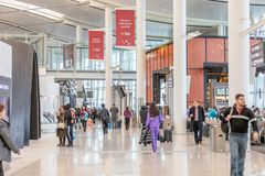 LEUTE IN TORONTO PEARSON INTERNATIONALES AIRPOT, ANSCHLUSS 1 stockfotografie