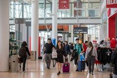 LEUTE IN TORONTO PEARSON INTERNATIONALES AIRPOT, ANSCHLUSS 1 stockbilder