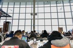 LEUTE IN TORONTO PEARSON INTERNATIONALES AIRPOT, ANSCHLUSS 1 stockfotos