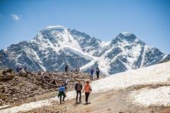 Leute - Touristen und Bergsteiger, die auf Berg Cheget stillstehen Lizenzfreie Stockfotos