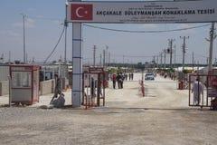 Leute tragen das Akcakale-Syrerflüchtlingslager ein Lizenzfreies Stockfoto
