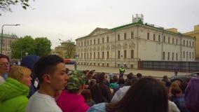 Leute traten entlang der Warte-WWII Victory Day Parade der Straße zusammen, um am 9. Mai anzufangen, Moskau stock video footage