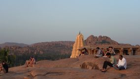 Leute treffen den Sonnenuntergang in Indien stock video footage