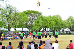 Leute treten den Ball durch das Band im Spiel des Tritt-Volleyball, sepak takraw Stockbilder