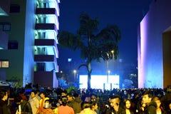 Leute treten im Stadtzentrummall zusammen, um Weihnachten zu feiern Lizenzfreies Stockbild