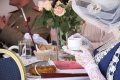Leute in trinkendem Tee des Weinleserestaurants stockbilder