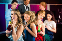 Leute in trinkenden Cocktails des Klumpens oder der Bar Stockfotos