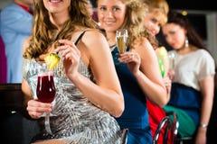 Leute in trinkenden Cocktails des Klumpens oder der Bar Lizenzfreie Stockfotos