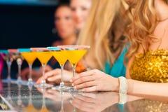 Leute in trinkenden Cocktails des Klumpens oder des Stabes Lizenzfreie Stockfotos