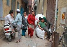 Leute tun verschiedene Sachen in der Straße, Delhi Lizenzfreie Stockfotos