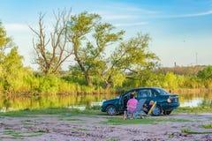 Leute am Ufer von Fluss, San Nicolas, Argentinien Stockfoto