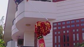 Leute-Uhr-Mann in Dragon Costume vom Balkon stock video