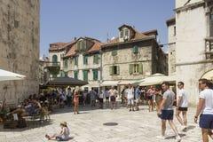 Leute um Frucht quadrieren in der Spalte, Kroatien, zur Tageszeit Lizenzfreies Stockfoto