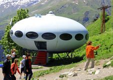 Leute um UFO die Landung Stockbilder