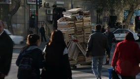 Leute und Autos auf den Straßen von Baku Azerbaijan stock footage