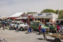 Leute und Autos auf der Straße Stockfoto