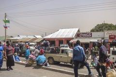 Leute und Autos auf der Straße Stockbild