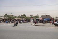 Leute und Autos auf der Straße Stockfotos