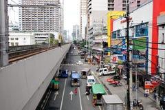 Leute und Autos auf Straße an EDSA in Manila, Philippinen Lizenzfreies Stockbild
