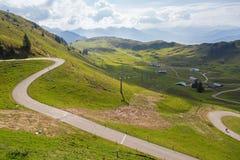 Leute und Autos auf windiger szenischer führender Straße Panoramastrasse Lizenzfreie Stockbilder