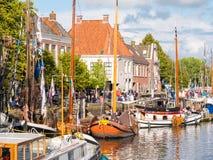 Leute und Boote während Admiralitäts-Tage von Dokkum, Friesland, Netz stockfoto