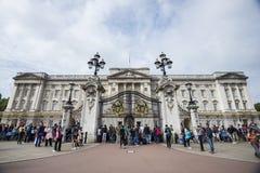 Leute und Buckingham Palace Stockfotos