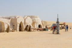Leute und die gefälschten Kostüme von Darth Vader vom Film Star Wars lizenzfreie stockbilder